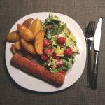 Kartoffeln, Würstchen und Salat